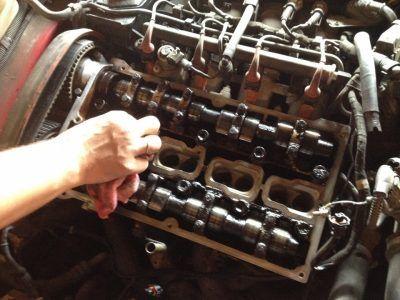 Замена маслосъемных колпачков Aston Martin